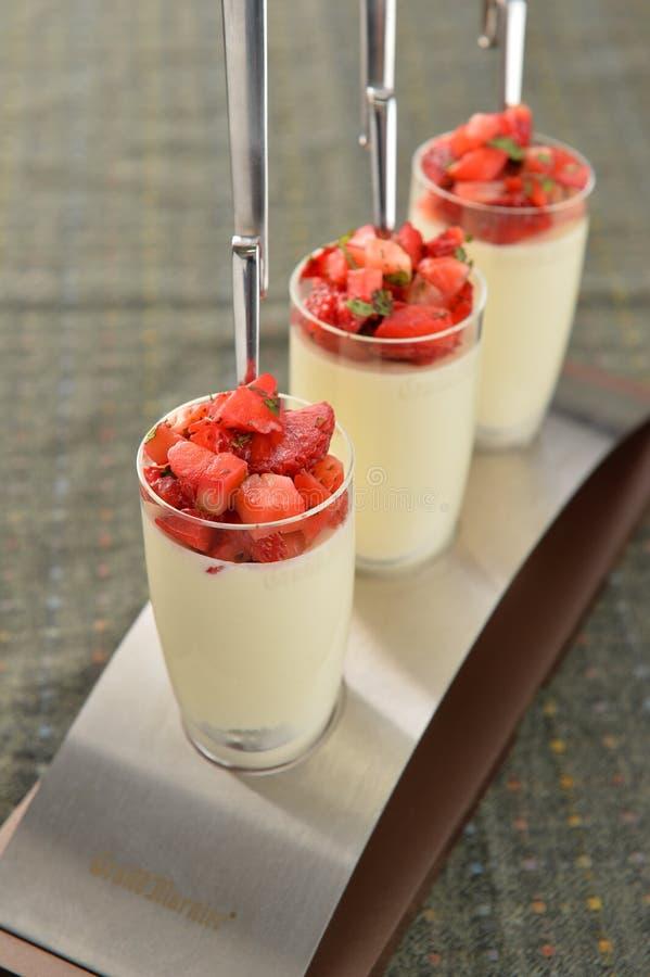 Minestra dolce speciale con l'anguria e la fragola tritate in glas immagini stock