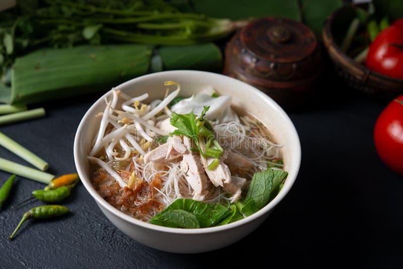 Minestra e pollo di tagliatelle del riso fotografia stock