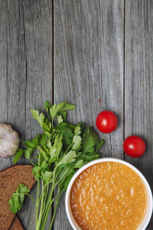 Minestra ed ingredienti di zuppa di verdure fredda su fondo di legno grigio c vuota immagini stock