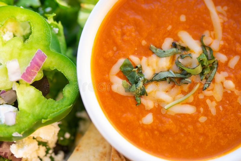 Minestra ed insalata sane, minestra del pomodoro fotografia stock libera da diritti