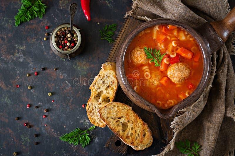 Minestra piccante del pomodoro con le polpette, la pasta e le verdure Pranzo sano fotografie stock