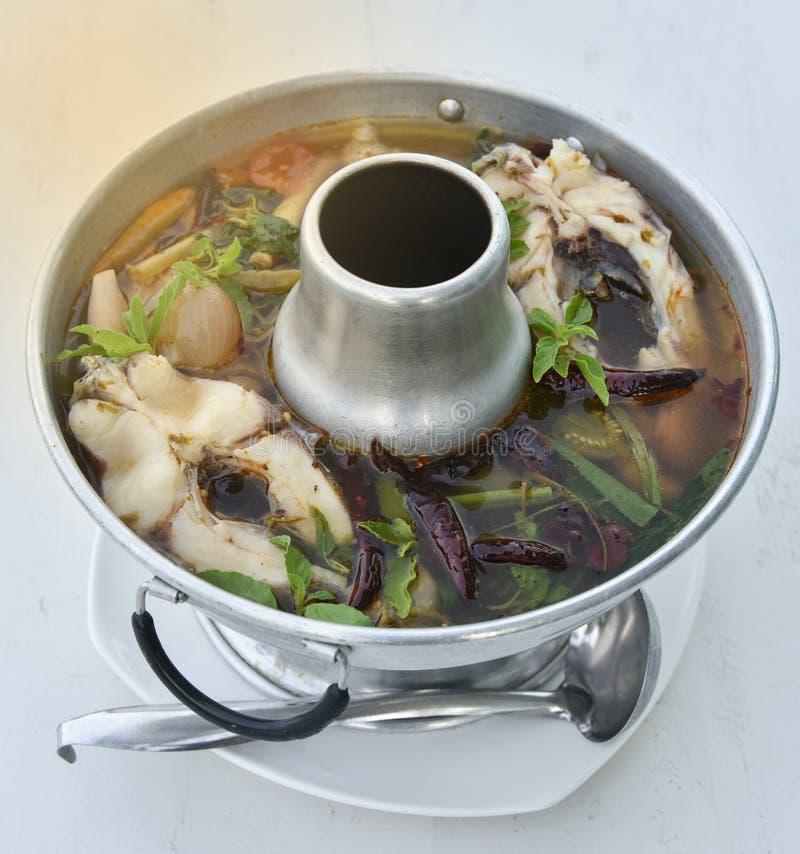 Minestra piccante tailandese con il pesce - minestra di Tom Yum fotografia stock libera da diritti