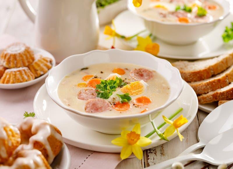 Minestra polacca di Pasqua, borscht bianco con l'aggiunta della salsiccia bianca e un uovo sodo Piatto tradizionale di Pasqua in  immagini stock