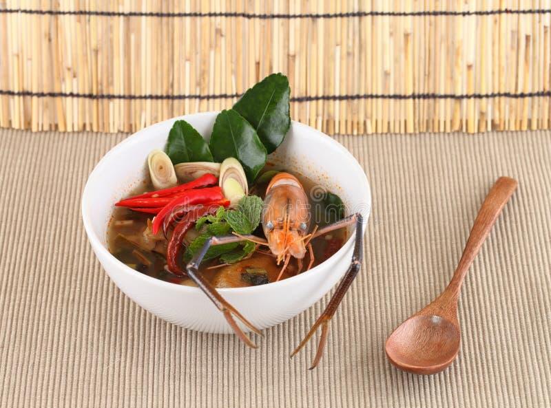 Minestra tailandese dell'igname di gatto dell'alimento con gamberetto in una ciotola (Yum Kung di Tom) immagini stock libere da diritti