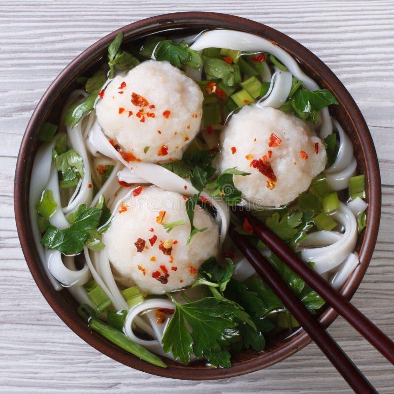 Minestra tradizionale con il primo piano delle palle di pesce e delle tagliatelle di riso Principale v fotografie stock