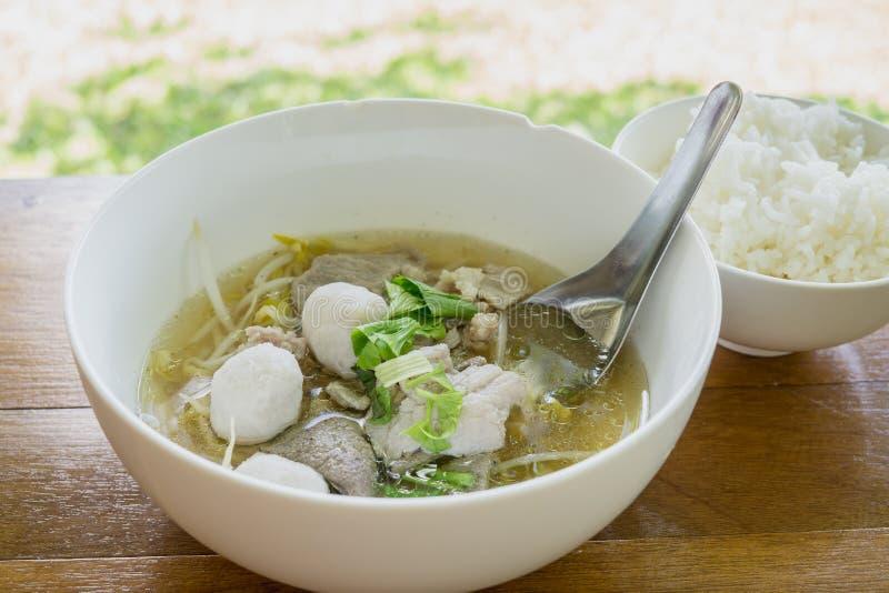 Minestra tradizionale del manzo di ekaehla della Tailandia e riso cucinato sulla tavola di woodden immagini stock libere da diritti