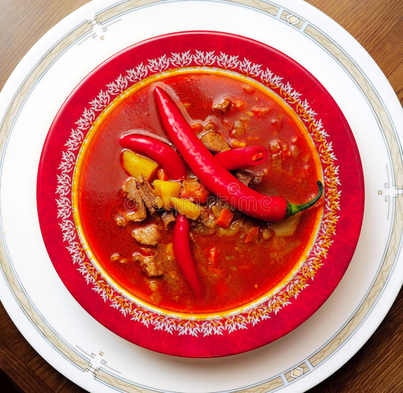 Minestra un goulash dalle verdure e dal vitello fotografie stock libere da diritti