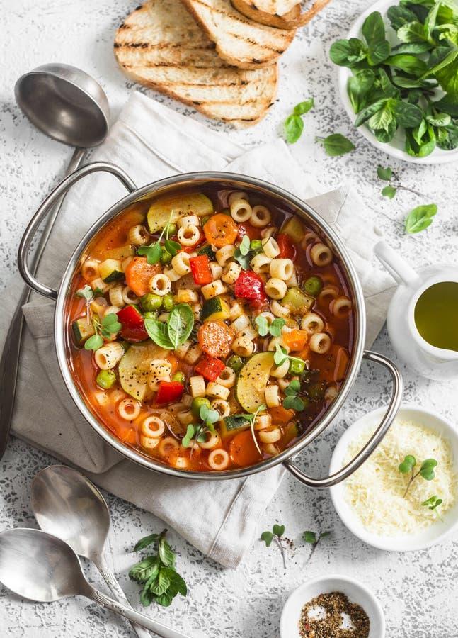 Minestra in una pentola su una tavola leggera, vista superiore del minestrone Concetto vegetariano delizioso dell'alimento fotografie stock libere da diritti