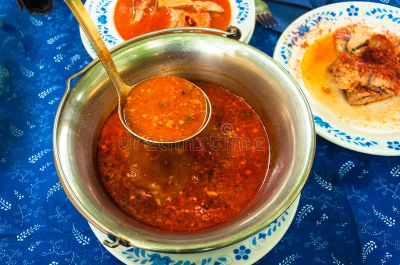 Minestra ungherese tradizionale del pesce in Cs del ¡ di Bogrà fotografia stock
