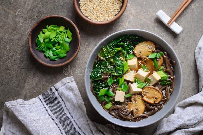 Minestra vegetariana con i funghi del cavolo e la tagliatella di soba fotografie stock libere da diritti
