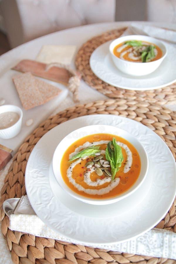 Minestra vegetariana del purè della zucca con la crema del girasole fotografia stock libera da diritti