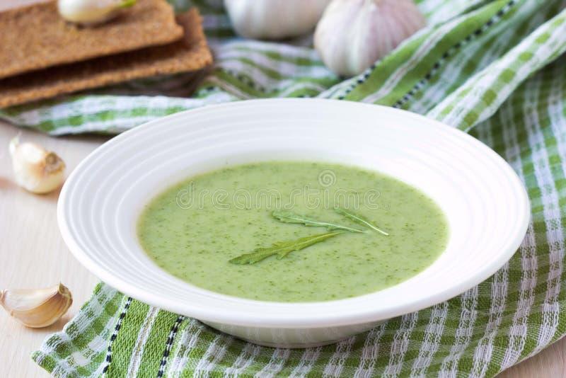Minestra verde della crema dell'aglio con il rukola delle foglie, rucola, sana immagini stock