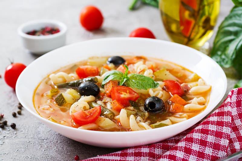 Minestrone, minestra di verdura italiana con pasta Alimento del vegano immagine stock libera da diritti
