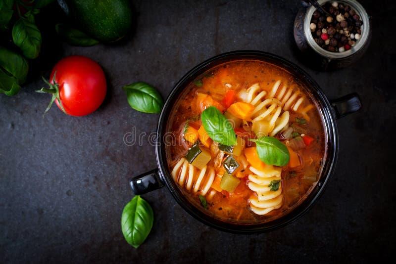 Minestrone, sopa de verduras italiana con las pastas Visión superior fotografía de archivo