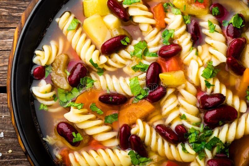 Minestronesoppa Grönsaksoppa med den ny tomaten, selleri, moroten, zucchinin, löken, peppar, bönor och pasta Maträtt av den itali royaltyfria foton