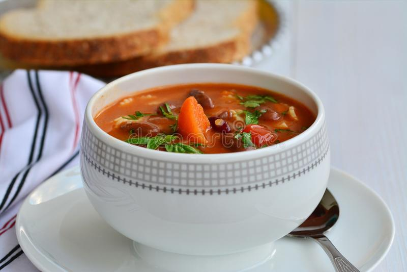 Minestronesoppa med bönor och grönsaker royaltyfria bilder