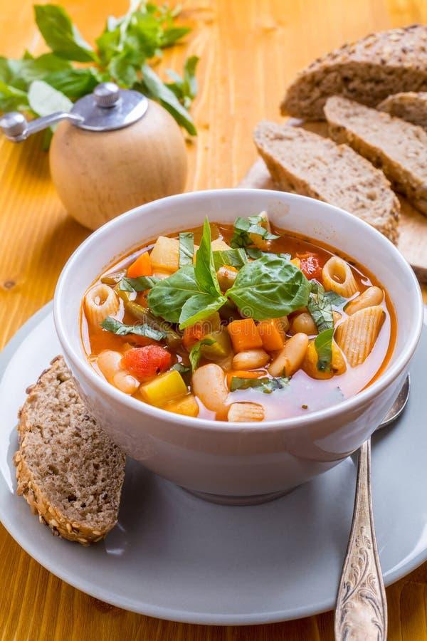 Minestronesoppa med pasta, bönor och grönsaker arkivfoto