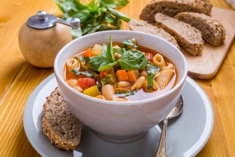 Minestronesoppa med pasta, bönor och grönsaker arkivbilder