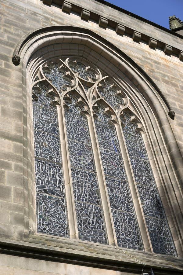 Minette et fenêtre en verre teinté de quatrefoil images libres de droits