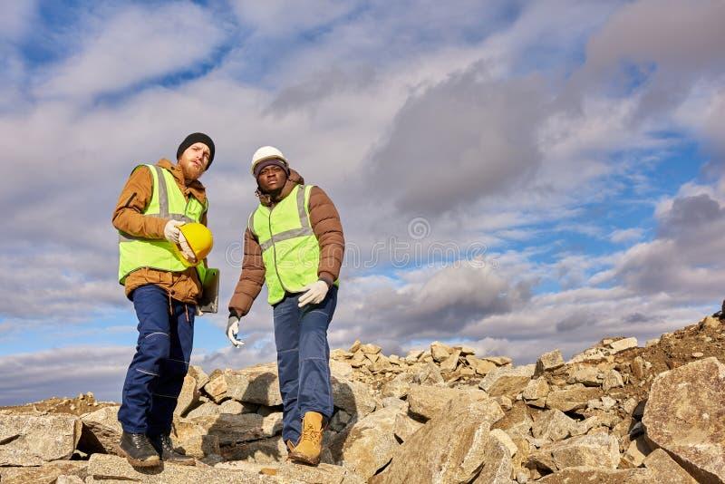Mineurs inspectant le site d'excavation photo libre de droits