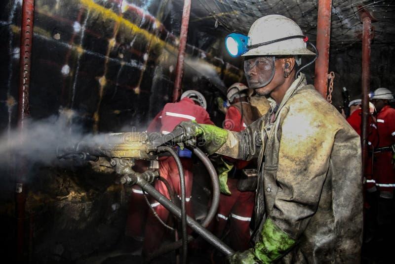 Mineurs souterrains de Chrome de platine forant des trous de souffle photos libres de droits