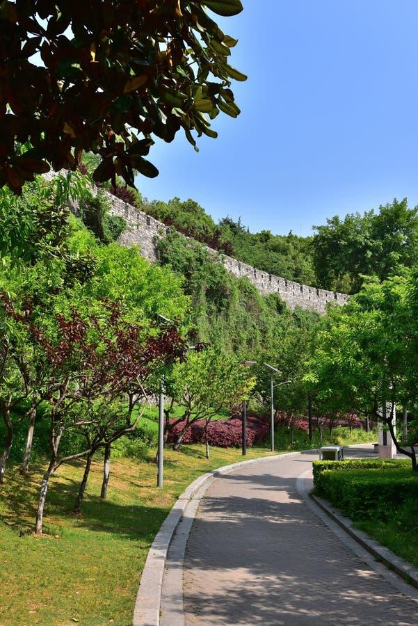 Download Ming Dynasty City Wall In De Lente Stock Afbeelding - Afbeelding bestaande uit botanisch, reusachtig: 54083369