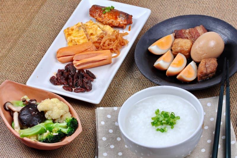 Mingau do arroz do close up com salsicha, os vegetais fritados e o ovo cozido imagem de stock royalty free