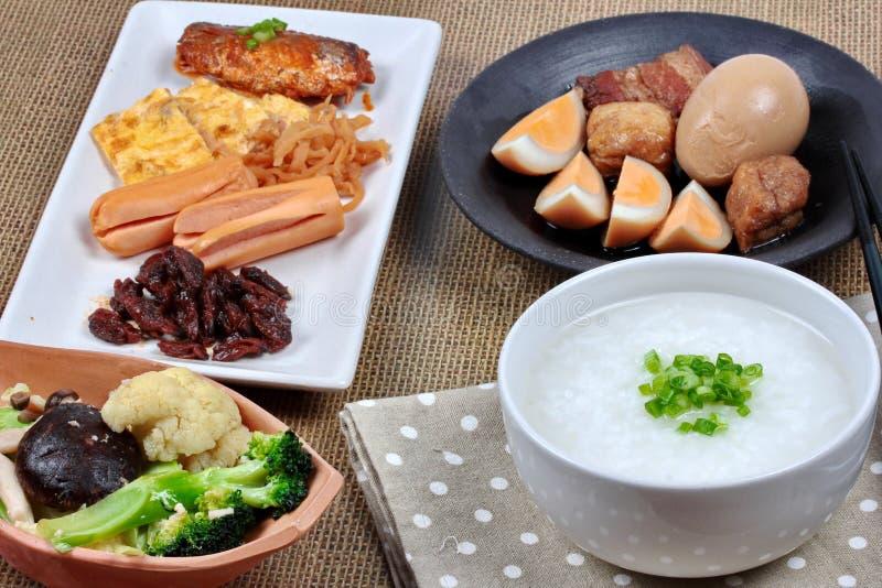 Mingau do arroz do close up com salsicha, os vegetais fritados e o ovo cozido fotos de stock royalty free