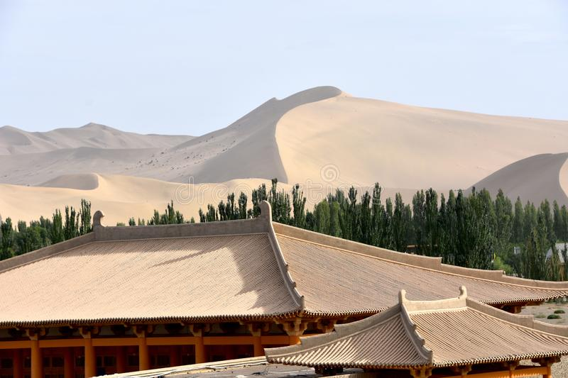 Mingsha Shan Mountain & Crescent Lake em Dunhuang, China fotografia de stock