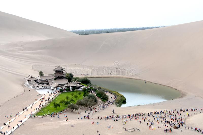 Mingsha Shan Mountain et Crescent Lake à Dunhuang, Chine photographie stock