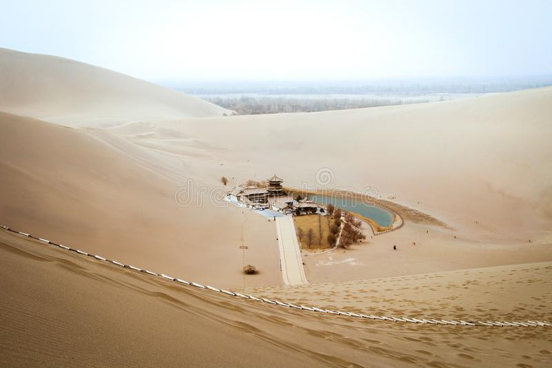 Mingsha shan woestijn en Toenemend maanmeer in Dunhuang, Gansu, C royalty-vrije stock fotografie
