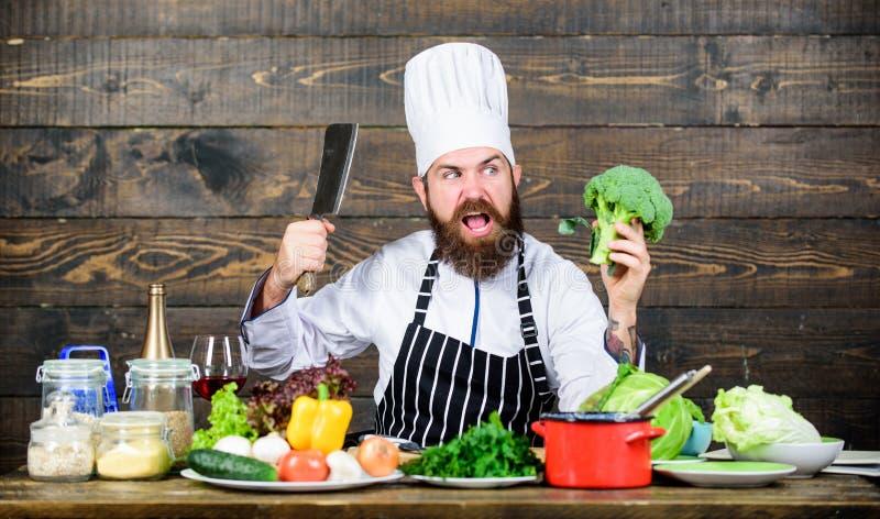 Minha cozinha minhas regras Alimento biológico O cozinheiro chefe usa vegetais orgânicos frescos para o prato Refeição do vegetar fotos de stock royalty free