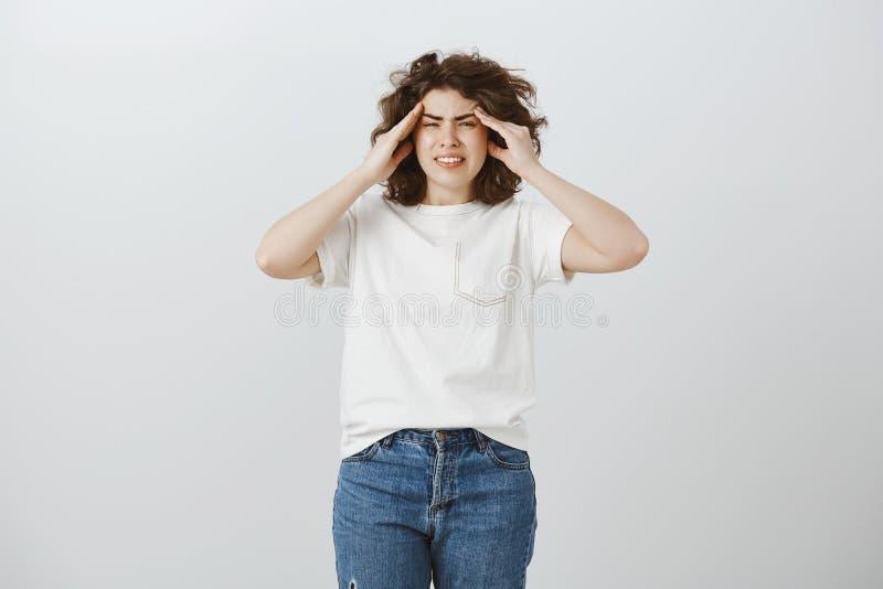 Minha mente vai louca de seu gritar Retrato da mulher atrativa incômoda irritada com cabelo encaracolado, guardando as mãos fotografia de stock