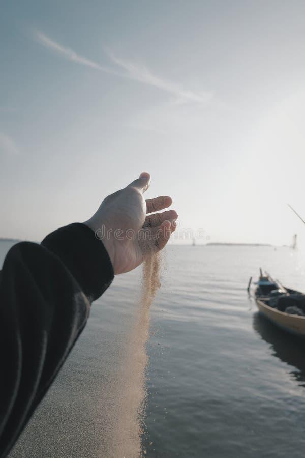 Minhas mão e areia imagem de stock