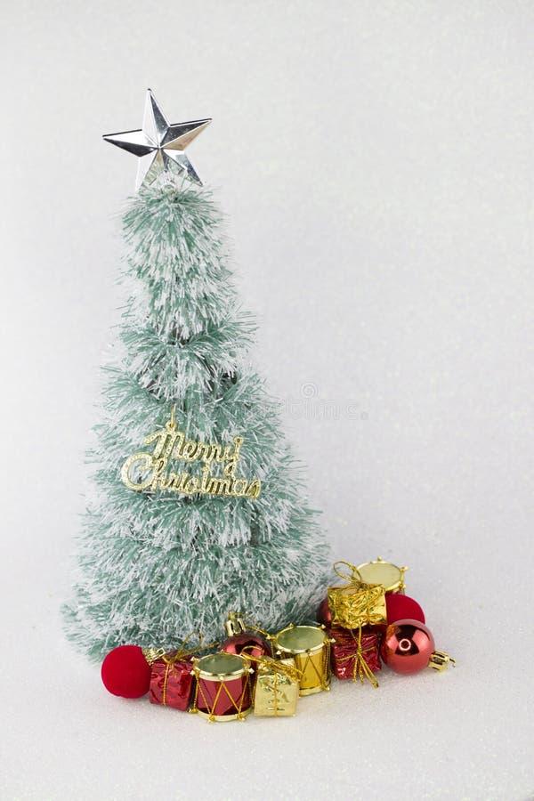 Mini árbol del christmast con el fondo blanco que brilla Tema de la Navidad fotos de archivo
