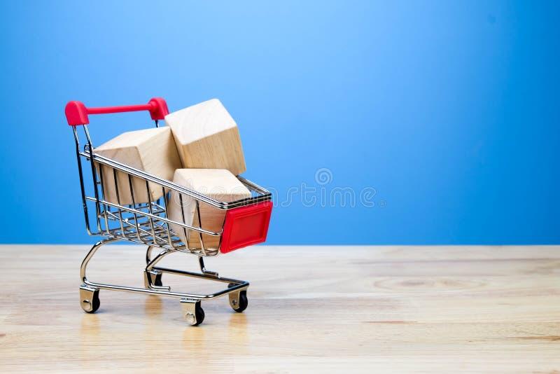 Mini amante del carro de la compra o concepto shopaholic fotografía de archivo