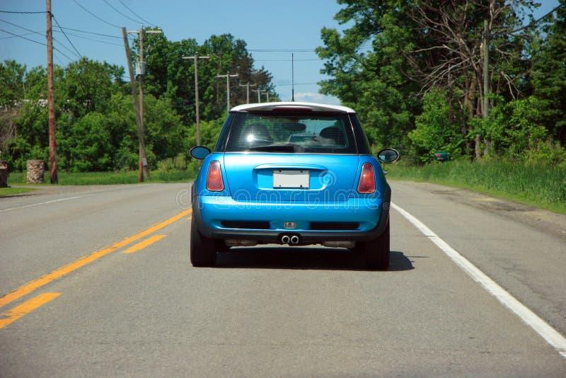 Mini auto op de weg royalty-vrije stock afbeelding