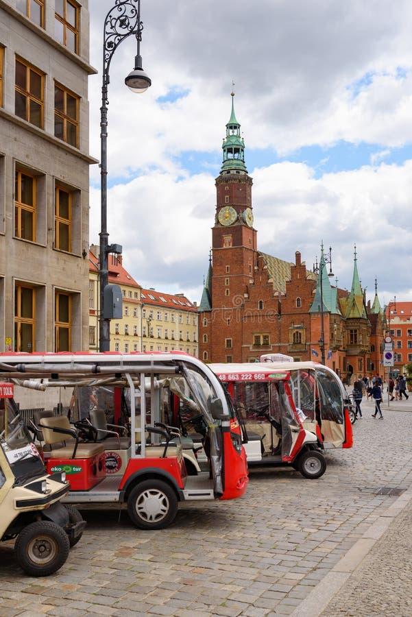 Mini autobusy, życzliwi eco samochody brać wycieczkę na Targowym kwadracie w Wrocławskim fotografia stock