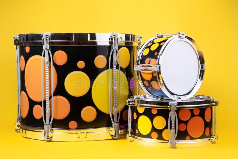 Mini bębenu zestaw na żółtym tle Zabawka bębeny fotografia royalty free