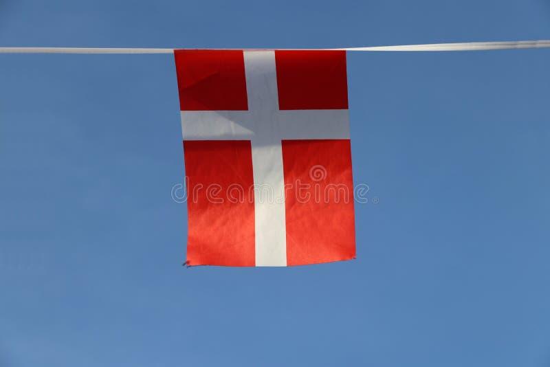 Mini bandeira do trilho da tela de Dinamarca é vermelho com uma cruz escandinava branca que estenda às bordas da bandeira imagens de stock