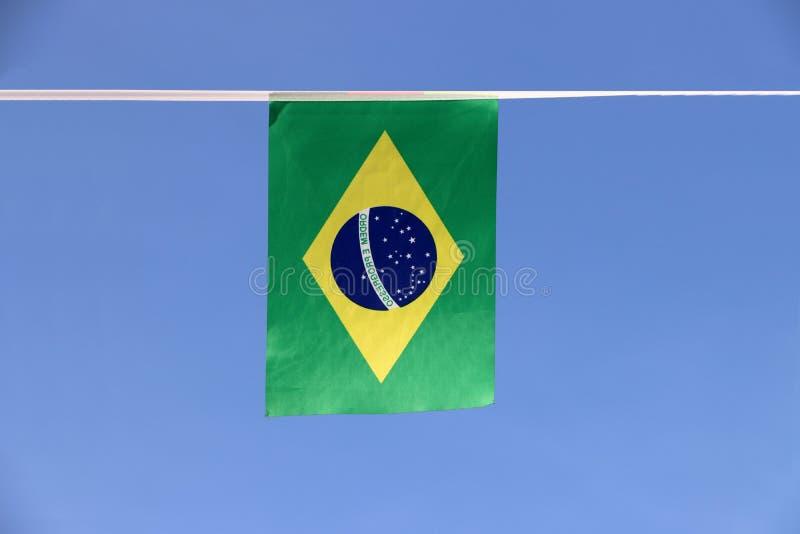 Mini bandera del carril de la tela del Brasil, un disco azul que representa un cielo estrellado con la orden y el progreso nacion fotografía de archivo