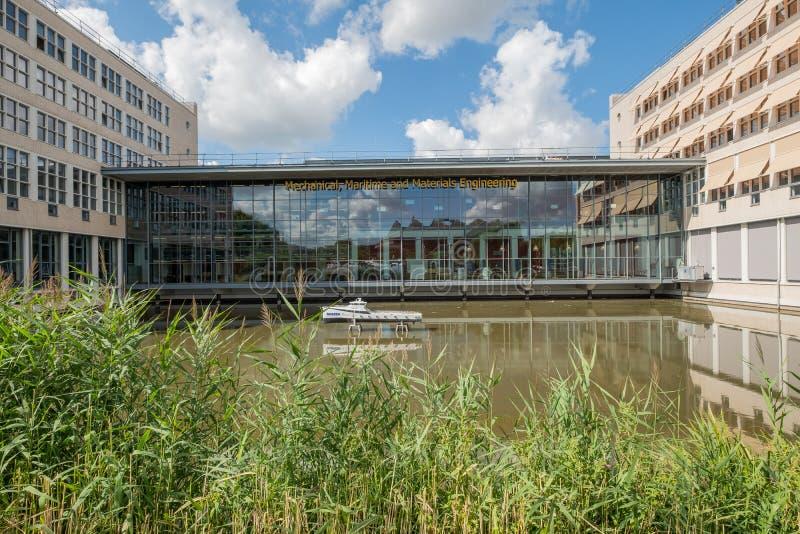 Mini bateau devant le bâtiment d'université pour l'ingénierie maritime photographie stock