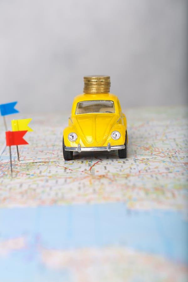 Mini- bil, färgglat ben, mynt på en översikt arkivfoton
