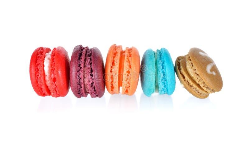 Mini bolinhos de amêndoa coloridos no fundo branco fotos de stock royalty free