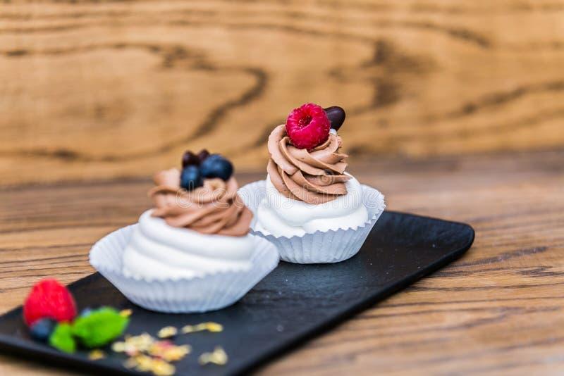 Mini bolo delicioso da merengue de Pavlova decorado com mirtilo fresco e rasberry imagem de stock