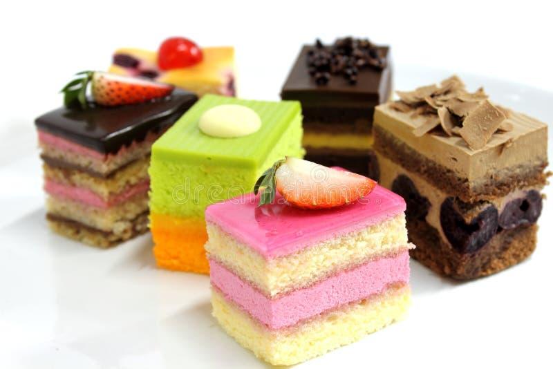 Mini bolo delicioso na placa imagem de stock