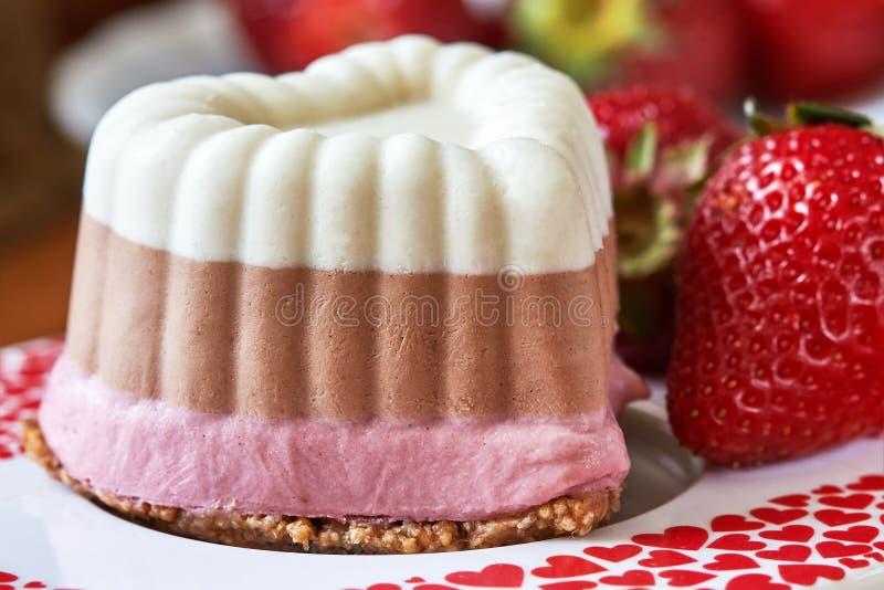 Mini bolos do vegetariano cru fotografia de stock