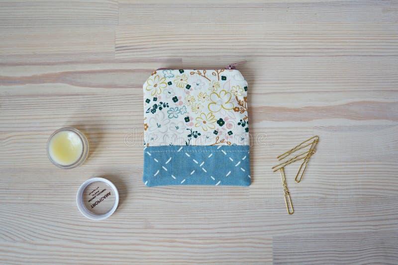 Mini bolsa hecha a mano, horquillas de oro y protector labial fotografía de archivo libre de regalías