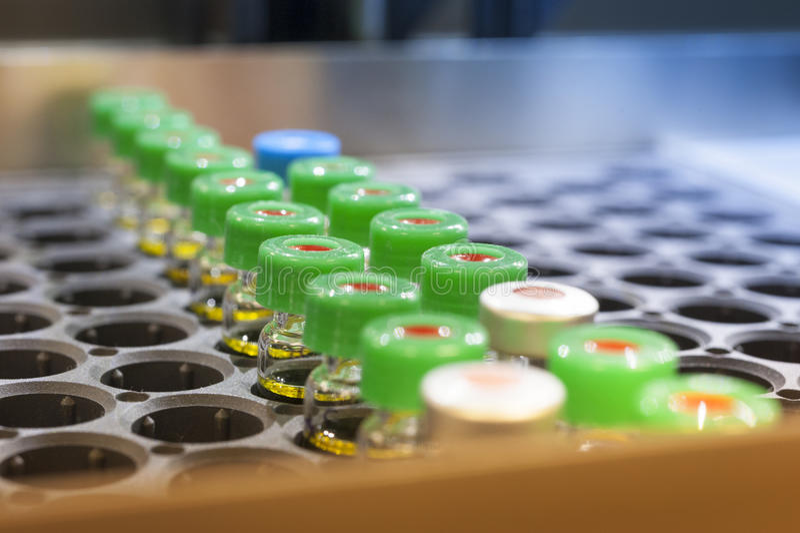 Mini botellas vaccíneas fotos de archivo libres de regalías