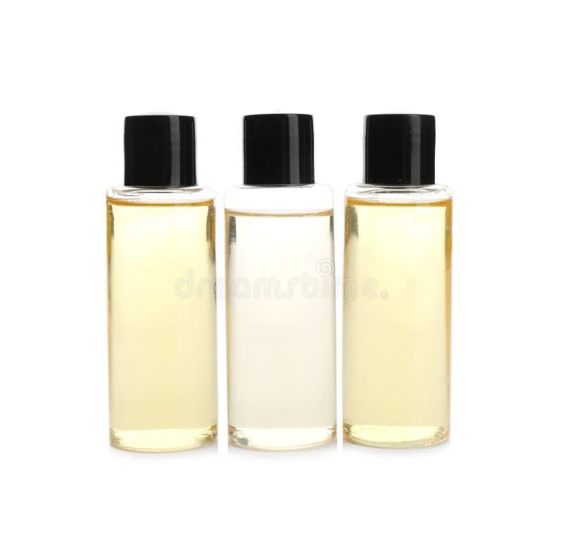 Mini bouteilles avec les produits cosmétiques sur le blanc Agréments d'hôtel image libre de droits